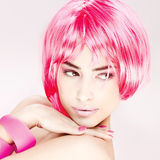 头发桃红色俏丽的妇女 免版税库存图片
