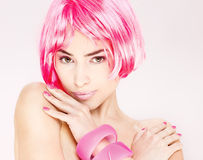 头发桃红色俏丽的妇女 免版税库存照片