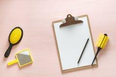 头发梳子与把柄的冠刷子平的位置所有类型、口袋镜子和文件夹片剂的有铅笔的,  免版税库存照片