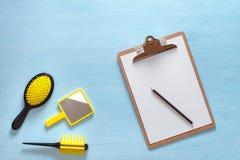 头发梳子与把柄的冠刷子平的位置所有类型、口袋镜子和文件夹片剂的有铅笔的,  库存照片