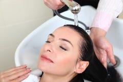 头发池沙龙洗涤的妇女 免版税图库摄影