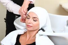头发池沙龙洗涤的妇女 图库摄影