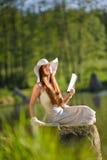头发湖红色长期放松浪漫妇女 库存图片