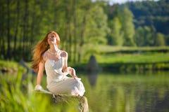 头发湖红色长期放松浪漫妇女 免版税图库摄影