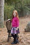 头发的女孩矮小红色微笑 免版税库存图片