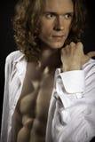 头发的英俊的长的人赤裸躯干 免版税库存图片