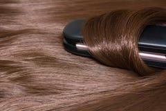 头发直挺器 精采光滑的美丽的头发和卷发夹 库存图片
