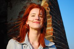 头发红色微笑的妇女 库存照片