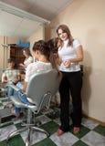头发美发师沙龙工作 免版税库存照片