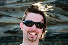头发被风吹扫人的太阳镜 免版税库存照片