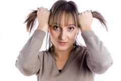 头发递俏丽的妇女 免版税库存图片