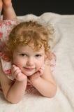 头发addorable卷曲的女孩一点 图库摄影