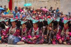 头戴与绿松石的未认出的Zanskari妇女种族传统Ladakhi头饰向叫的Perakh霹雳州,拉达克,印度扔石头 免版税库存照片