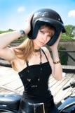 头戴摩托车盔甲的一名相当白肤金发的妇女 库存图片