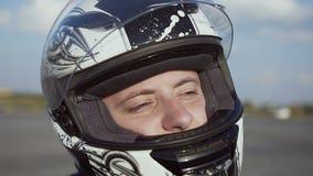 头戴骑的年轻骑自行车的人摩托车一件盔甲 关闭 股票视频