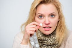头疼和热病补救 妇女患者举行片剂 采取片剂解除热病 家庭治疗概念 女孩作为 库存照片