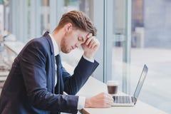 头疼或危机概念,疲乏的哀伤的商人 免版税库存照片