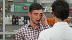 头疼疗程的有吸引力的年轻人购物 免版税图库摄影