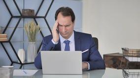 头疼,充满顶头痛苦的紧张的中间年迈的商人在工作 股票录像