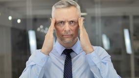 头疼,紧张的灰色头发商人画象在办公室 影视素材