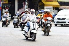 头顿,越南- 2018年1月27日:陌生人沿路乘坐在摩托车 免版税库存图片