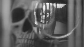 头骨和蜡烛的反射在一个老时钟的摆锤 股票视频