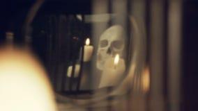 头骨和蜡烛的反射在一个老时钟的摆锤 影视素材