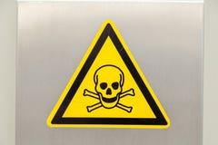 头骨和骨头 危险高压照片的标志 免版税库存图片