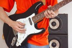 夸大吉他关闭的吉他弹奏者的手 免版税库存图片