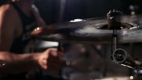 夸大在音乐会关闭的鼓手板材 影视素材