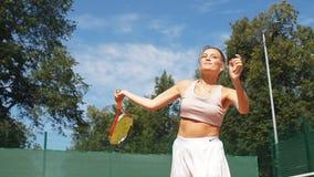 夸大网球,关闭的年轻女人 影视素材