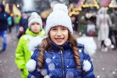 夹克和帽子的愉快的儿童女孩走在城市附近的 生活方式,爱,情人节的概念 图库摄影