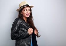 黑夹克和草帽看的愉快的笑的妇女 免版税库存图片