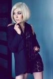 夹克和鞋带围巾的神奇少妇 图库摄影