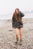 夹克室外寒冷的时髦女孩 免版税图库摄影