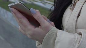 夹克的女孩与电话一起使用 股票视频
