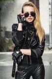 黑夹克的画象性感的骑自行车的人妇女 图库摄影