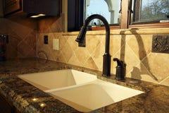 夹具厨房现代水槽 免版税库存图片