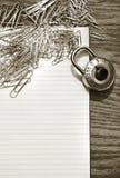 夹子锁定填充纸张学校白色 免版税库存照片
