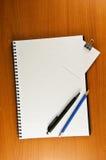 夹子附注笔记本纸张笔铅笔 免版税库存图片