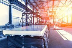 夹心板或描出工厂的金属工作 卷形成的新的现代机械工具传动机 图库摄影