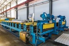 夹心板或描出工厂的金属工作 卷形成的新的现代机械工具传动机 免版税库存图片