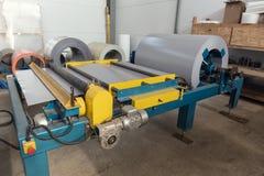 夹心板生产线设备机械工具、卷制造的和生产综合铝盘区 库存照片