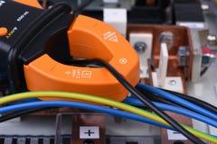 夹紧米在缆绳的措施潮流在电源设备 库存图片