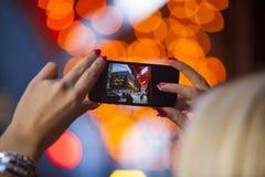 夺取与智能手机的片刻 库存图片