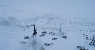 夺取从与寄生虫的上面yurts阵营在许多的Yamal在使看法惊奇的yurts之外的雪橇 股票视频