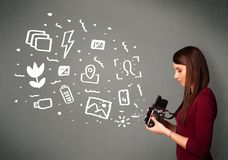 夺取白色摄影象和标志的摄影师女孩 免版税库存照片