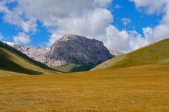 奇妙小山、岩石和五颜六色的深蓝天空 免版税库存照片