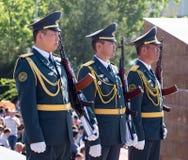 奇姆肯特,哈萨克斯坦- 2017年5月9日:军事战士在红军和苏联人民的胜利天伟大的 免版税库存图片