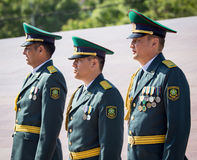奇姆肯特,哈萨克斯坦- 2017年5月9日:军事战士在红军和苏联人民的胜利天伟大的 免版税库存照片